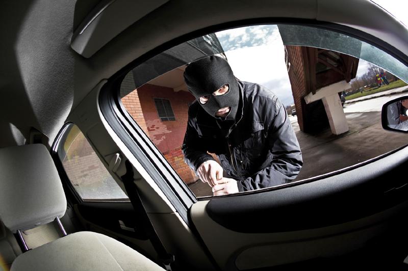 Foto: Prins de poliţiştii din Constanţa, în timp ce fura combustibil din maşini