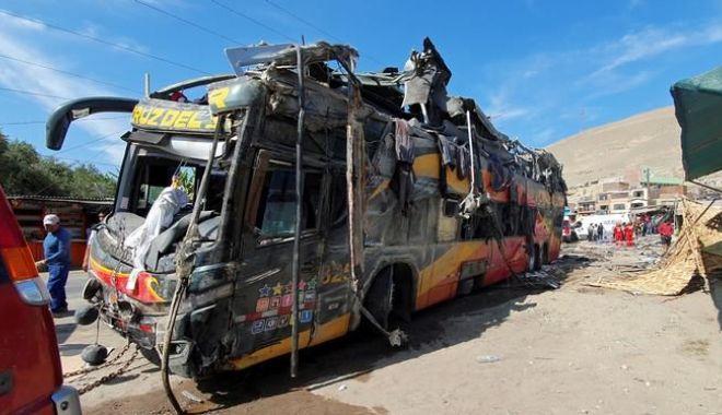 Foto: ACCIDENT TERIBIL! Un autocar a lovit opt vehicule parcate. Zeci de victime!