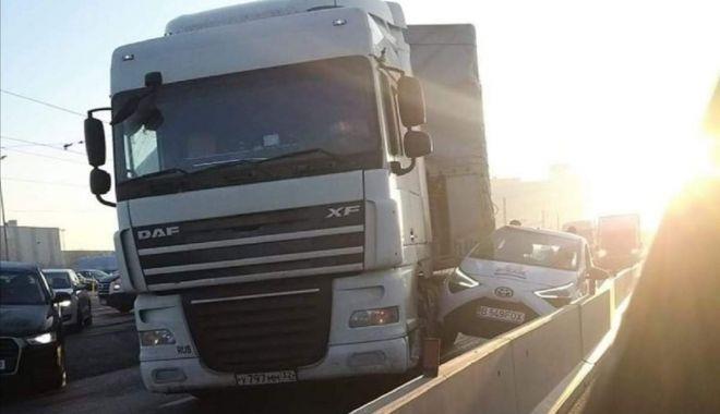 Foto: TIR contra Toyota pe autostradă. Cine avea prioritate?