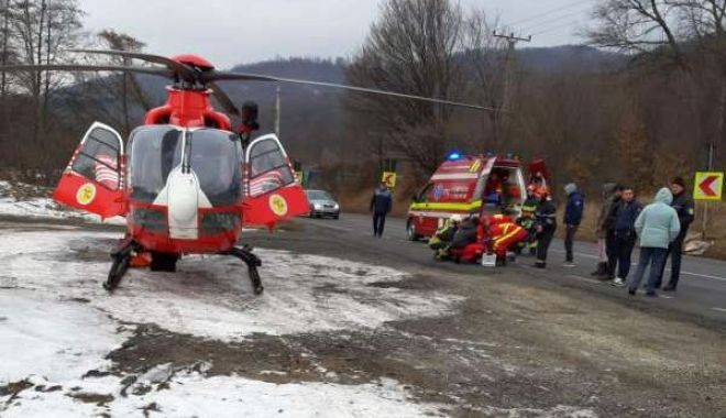 Foto: Viteza i-a dus în copac! Accident soldat cu trei răniți
