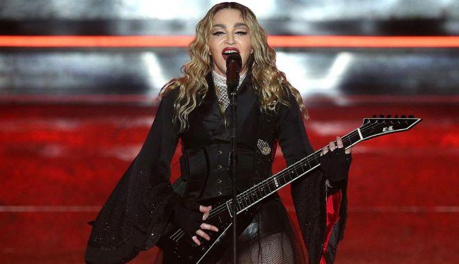 Foto: Corigentă la punctualitate: Madonna, dată în judecată de fani!