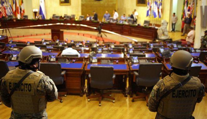 Tactică de intimidare? Armata a descins în Parlamentul din El  Salvador - ddd-1581369115.jpg