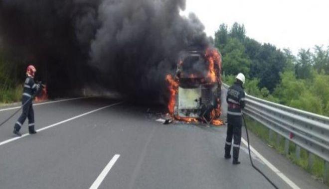 Foto: Autobuz în flăcări! Pasagerii s-au autoevacuat