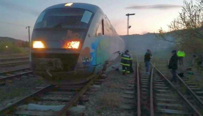 Tren de călători, în flăcări! Pasagerii s-au autoevacuat - ddd-1586975063.jpg