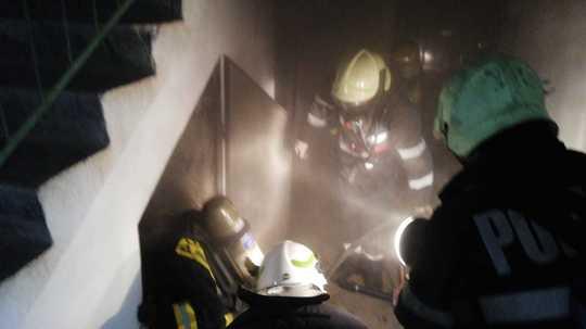 Foto: Panică în bloc! Zeci de evacuați în urma unui scurtcircuit la panoul electric