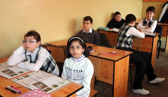 """Foto: """"Creşte rata analfabetismului şi noi dăm examene!"""""""