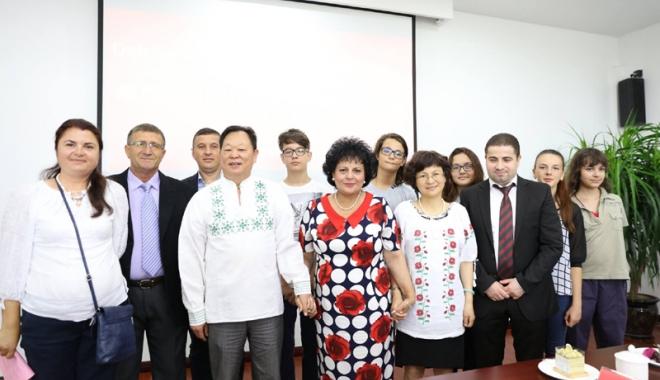 Foto: Primarul  Mariana Gâju  a plecat în China  cu elevi şi agenţi  economici  din comună