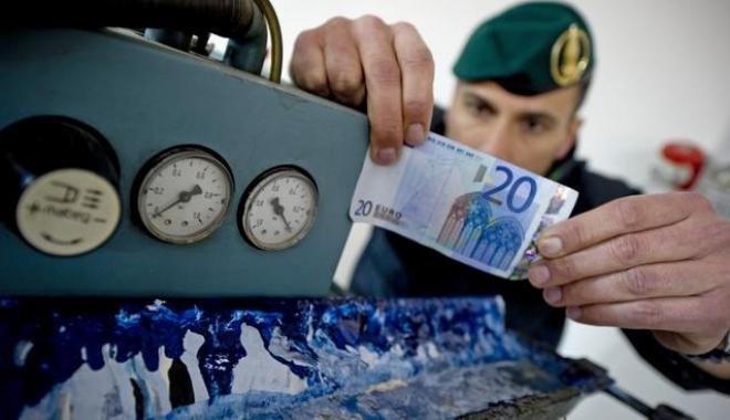 Foto: Poliţia italiană anunţă confiscarea a 28 milioane de euro în bancnote false. O tiparniţă se afla în România