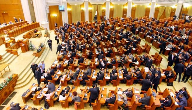 Foto: Deputaţii au adoptat proiectul  privind despăgubirea deponenţilor  la BRD pentru Dacia