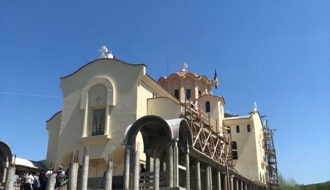 """Foto: Eveniment spectaculos la mănăstirea """"Dervent"""". Preoţii s-au urcat pe schele înalte de 24 de metri"""
