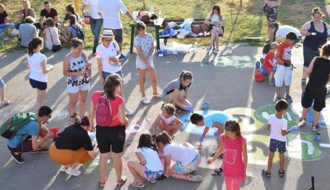 Foto: Desene pe asfalt. Copiii ne învaţă cum putem avea un oraş vesel