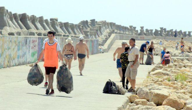 Foto: Strigător la cer! Sute de kilograme de gunoaie strânse de pe plaja Modern, în doar câteva zile