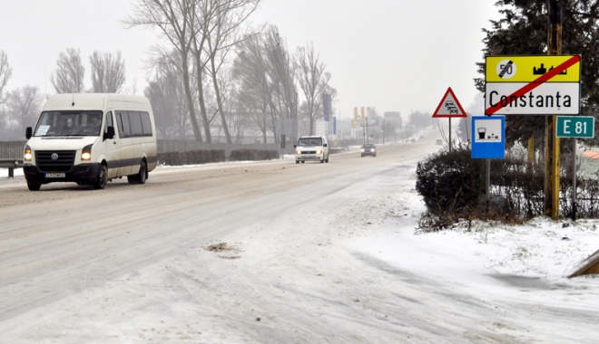 Foto: Drumurile judeţene, curăţate de zăpadă de falimentara RJADP