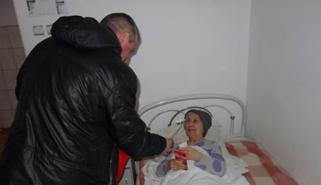 Deținuții au împărțit flori și mărțișoare pensionarelor de la Centrul Social Poarta Albă - detinutifloripensionare-1425662423.jpg