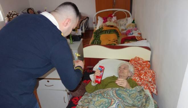 Deținuții au împărțit flori și mărțișoare pensionarelor de la Centrul Social Poarta Albă - detinutifloripensionare1-1425662405.jpg