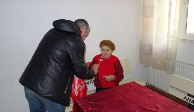 Deținuții au împărțit flori și mărțișoare pensionarelor de la Centrul Social Poarta Albă - detinutifloripensionare2-1425662416.jpg