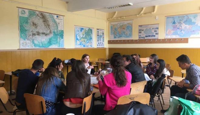 Foto: Elevii din Hârşova, prima competiţie de dezbateri academice într-un oraş de provincie