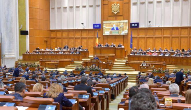 Foto: Tensiuni la parlament. Opoziţia forţează schimbarea lui Dragnea şi Iordache