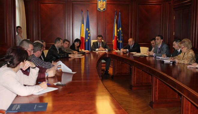"""Foto: Prefectul Claudiu Palaz, """"arbitru"""" în conflictul portuarilor"""