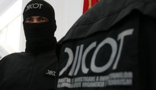 Foto: Maiorul SRI care vindea canabis și cocaină și complicele să, arestați