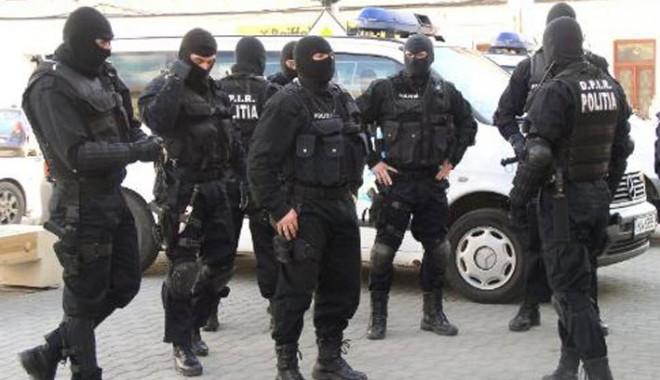 Foto: Poliţiştii de la Crimă Organizată au descins la traficanţi de droguri din Constanţa