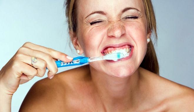 Foto: Periajul agresiv al dinţilor afectează gingiile