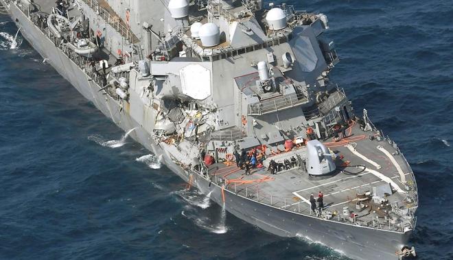 """Foto: Distrugătorul """"USS Fitzgerald"""" s-a ciocnit cu un portcontainer. Şapte marinari militari au dispărut"""