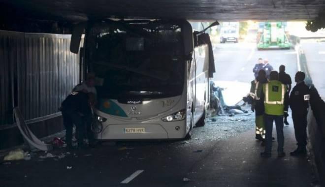 Imagini uluitoare. Un autocar prea înalt a intrat cu viteză într-un tunel - doi-1437979956.jpg