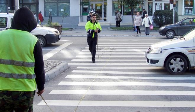 Foto: Doi pietoni, lovi�i �n timp ce traversau pe trecere