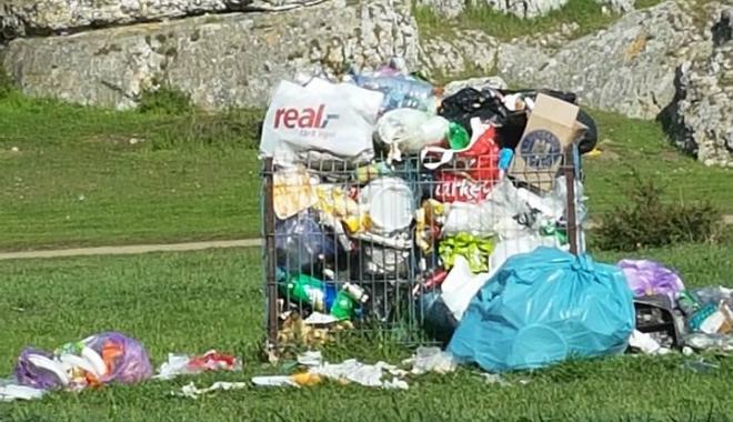 GALERIE FOTO / CÂND NESIMŢIREA ÎNTRECE ORICE LIMITĂ...Şi-au lăsat mormanele de gunoaie la Constanţa, adminstraţia locală strânge după ei