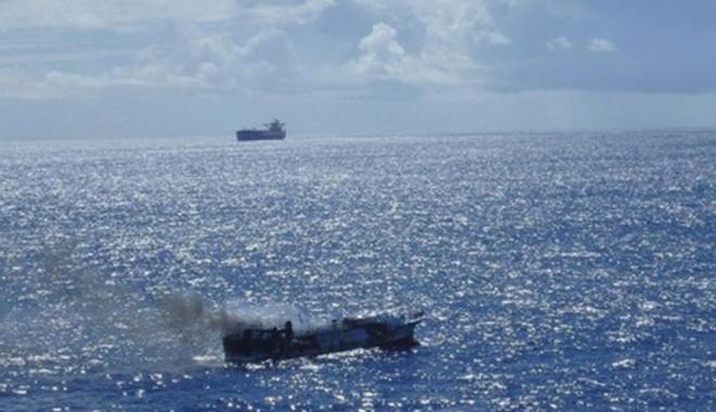 Foto: Doi marinari au dispărut  de pe o navă de pescuit în flăcări