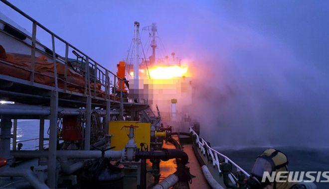 Foto: Doi marinari au murit în incendiul de pe un tanc petrolier