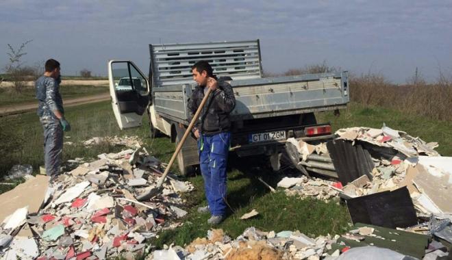 Foto: Doi muncitori, prinşi de agenţii Zip Escort când aruncau deşeuri în Canalul Dunăre-Marea Neagră