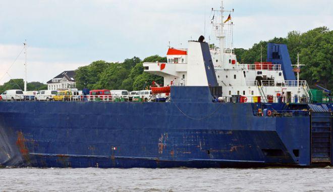 Foto: Doi navigatori români sunt  într-o situație critică, pe o navă  cu  nouăzeci de emigranți revoltați