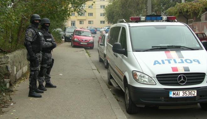Doi polițiști arestați pentru că țineau