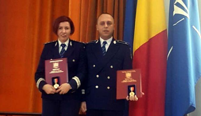 Foto: Doi polițiști constănțeni, premiați cu Emblema de onoare a Ministerului Afacerilor Interne