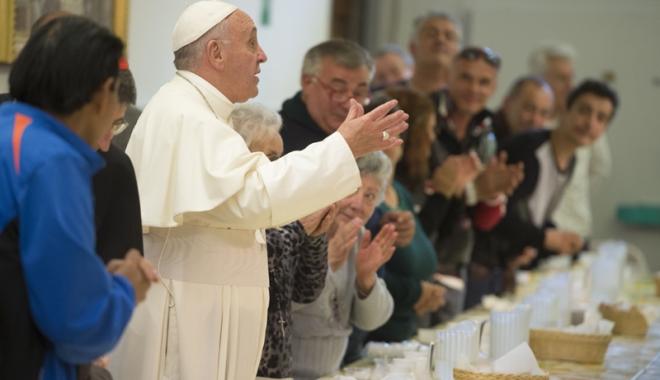 Foto: Doi români, printre persoanele fără adăpost care au luat micul dejun cu papa Francisc