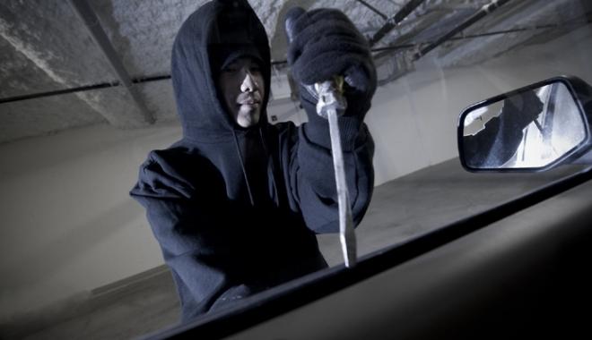 Foto: Doi tineri,  arestaţi preventiv pentru spargerea  unor autoturisme
