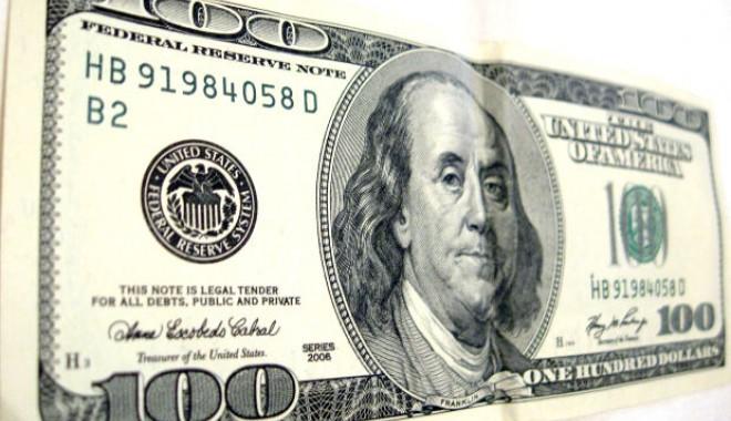 Foto: Dolarul pierde 3,30 bani