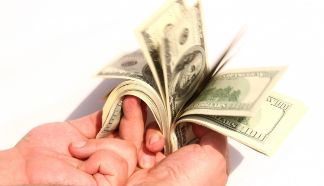 Foto: Dolarul a câştigat 0,43 bani