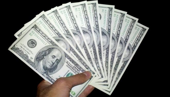 Dolarul american bate pasul pe loc! - dolarxx-1389873959.jpg