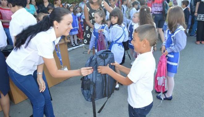 Foto: Cora a făcut fericiţi elevi constănţeni din mediul rural