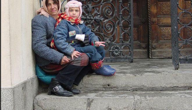 Foto: Prinsă la cerșit cu copiii. Ce măsură au luat polițiștii