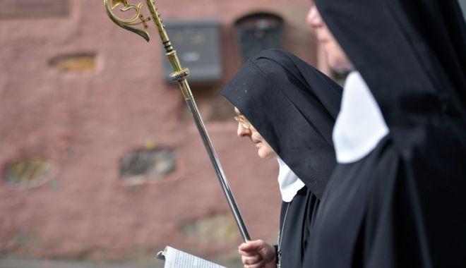 Foto: Două călugăriţe au furat o sumă colosală. Ce  au făcut cu banii