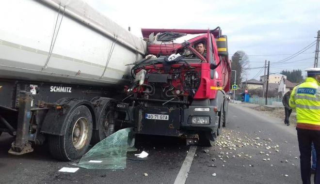 Foto: Imagini incredibile! Grav accident rutier pe DN3, cu două camioane implicate
