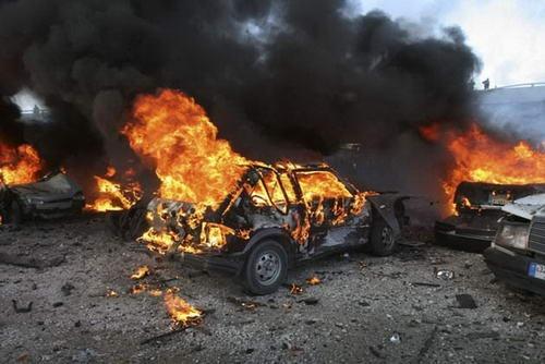 Foto: ALERTĂ MAXIMĂ! Piromanul care a incendiat 8 maşini, liber în continuare
