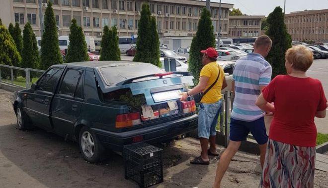 Foto: Două maşini, confiscate de Poliţia Locală de la vânzătorii ambulanţi din Piaţa Tomis III