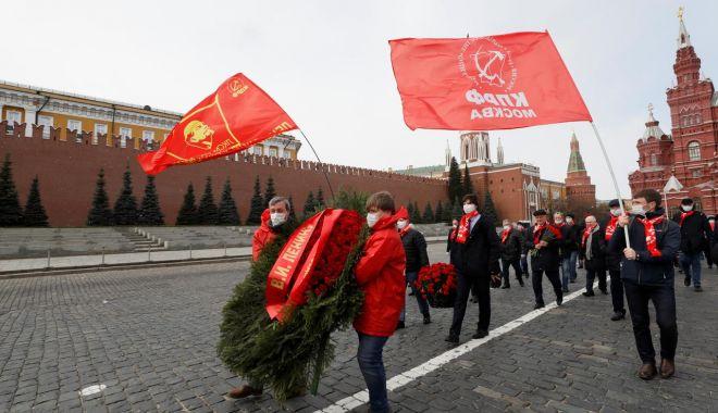 Zeci de comuniști ruși au sfidat miercuri restricțiile pentru a depune flori la mausoleul lui Vladimir Lenin - download-1587570531.jpg