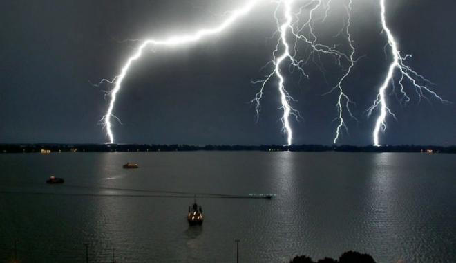 Foto: Furtuni cu fulgere, după amiază şi la noapte, la Constanţa