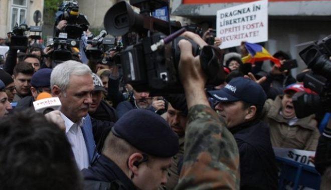 Foto: Mesajul Jandarmeriei, după ce protestatarii au aruncat cu apă spre Liviu Dragnea
